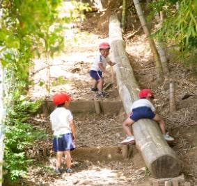 裏山の滑り台と男の子3人