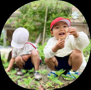 庭に男の子二人